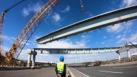仅用15分钟,上海临港S2匝道跨度55米,重达229吨的叠合梁架设成功!